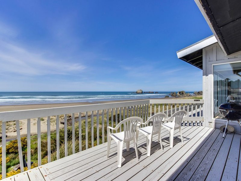 Dog-friendly, oceanfront home w/ beach access, deck - only minutes from town, holiday rental in Bandon