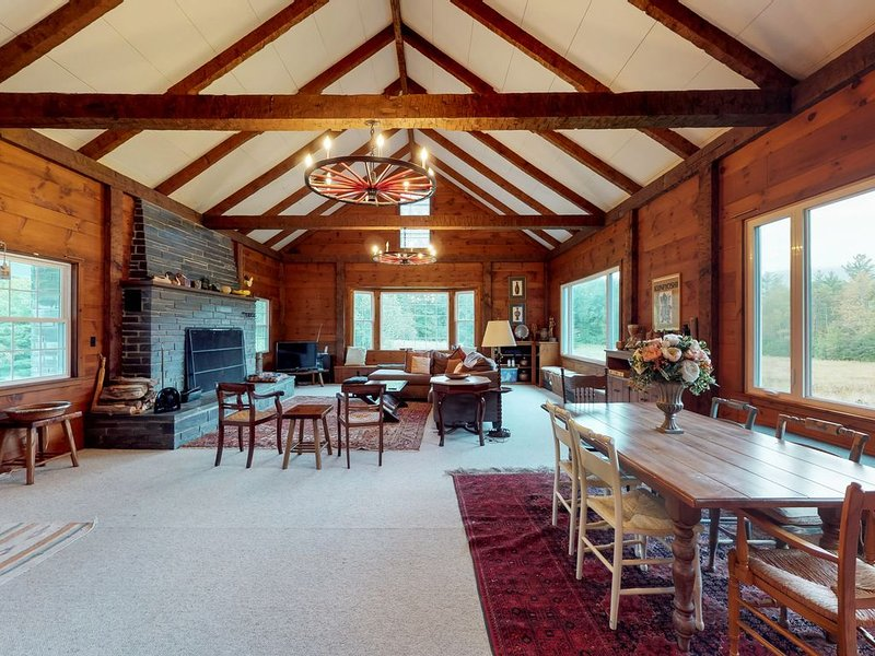 Cozy cabin w/ wood firepace, shared seasonal pool & tranquil views - dogs OK!, holiday rental in Cambridge