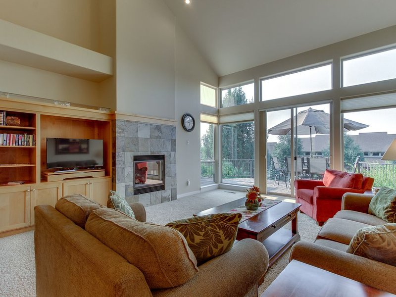 Bright, two-level townhouse w/ mountain view plus shared pools, hot tubs, tennis, holiday rental in Redmond