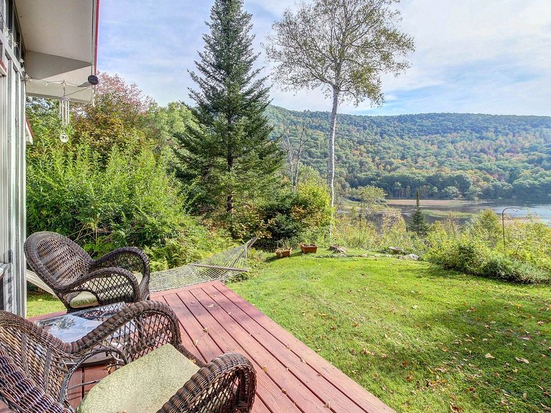 Cute family-friendly cabin w/ lake views and convenient proximity to skiing, location de vacances à Plymouth