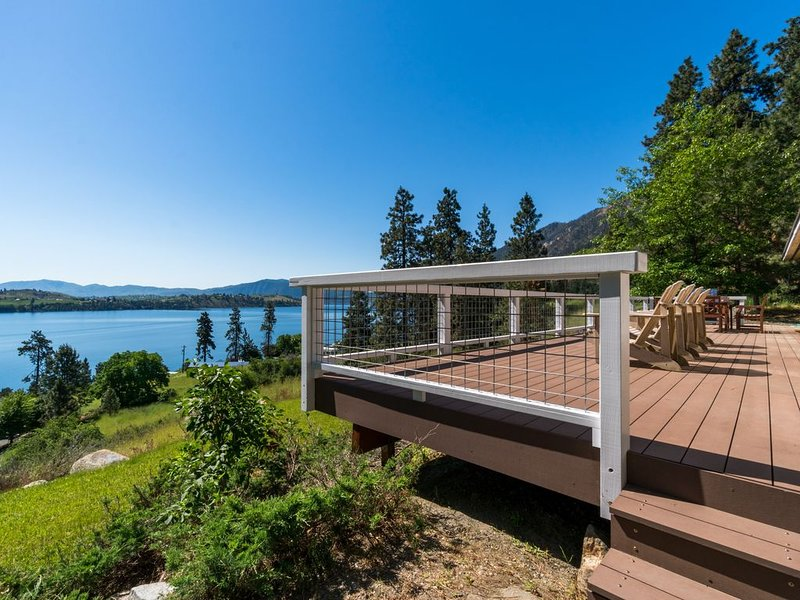 Lake Chelan view home w/large deck, new hot tub, Ping-Pong & foosball table, holiday rental in Chelan