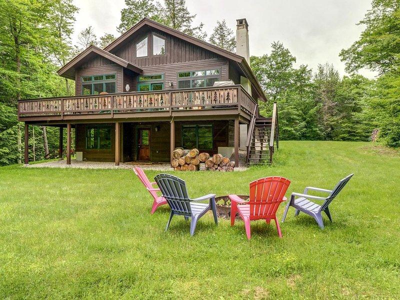Lovely home w/ deck, firepit, pond access & forest views - near Killington/Okemo, location de vacances à Plymouth
