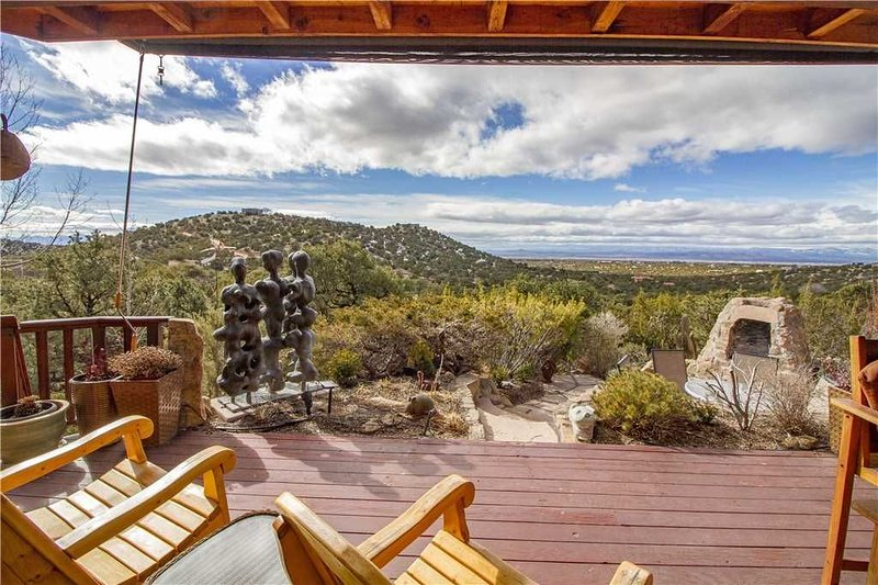 Sunlit Hills Art and Views, 3 Bedrooms, Sleeps 6, Hot Tub, Volleyball, WiFi, holiday rental in Galisteo