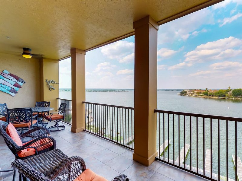 Spacious Resort Condo with Gorgeous Views of Lake LBJ, alquiler de vacaciones en Horseshoe Bay