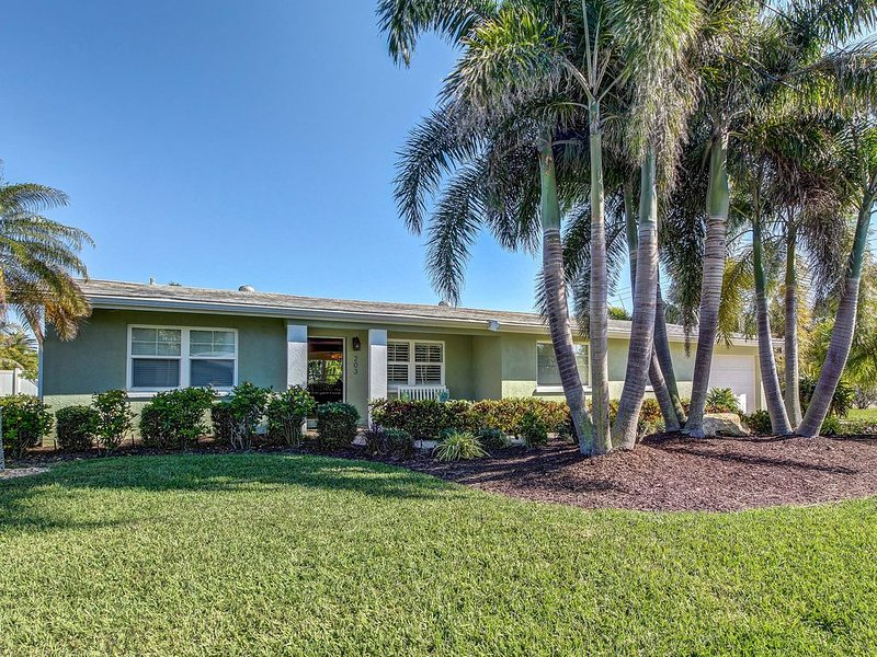 Charming house with private heated pool, patio, and grill - steps from beach, holiday rental in Anna Maria