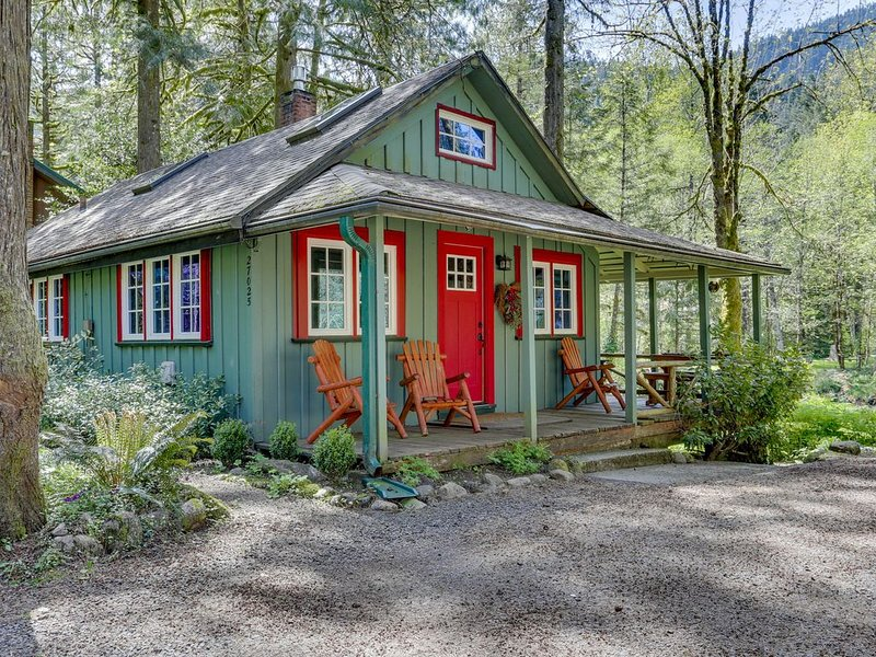 Inviting, dog-friendly, waterfront cabin w/ covered porch & cozy interior!, holiday rental in Welches