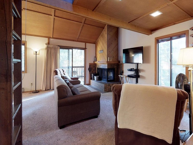 Cozy condo w/ deck, shared pools, & hot tubs - great location near Shaver Lake, holiday rental in Auberry