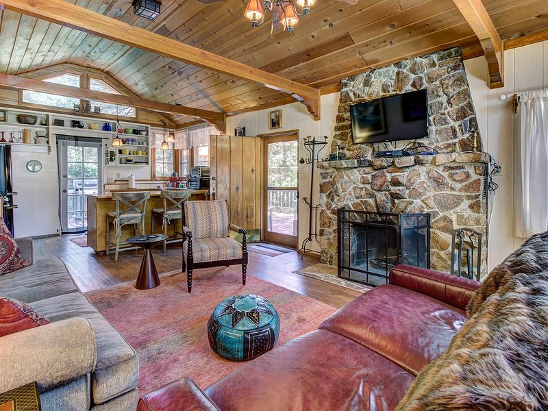 Dog-friendly mountain retreat w/ well-appointed deck and private hot tub, alquiler de vacaciones en Idyllwild