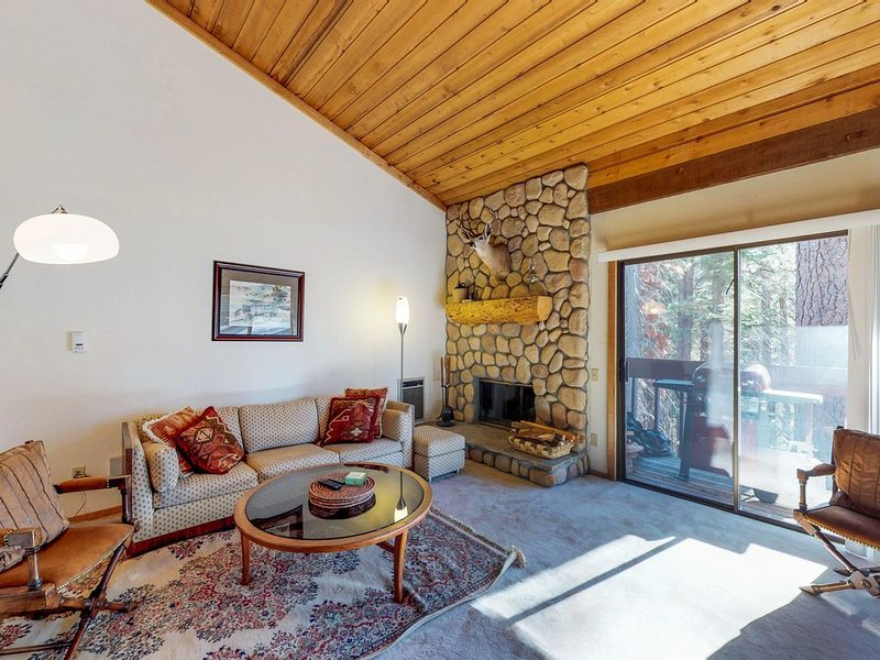 Rustic condo w/ shared pool & hot tub - walking distance to Huntington Lake, holiday rental in Huntington Lake