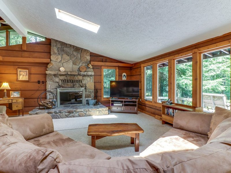 Cozy, split lakefront home w/ private hot tub & pool table - close to slopes!, holiday rental in Swanton