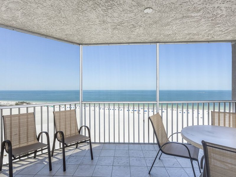 Waterfront penthouse w/ beach views, shared pool, hot tub, & tennis court, holiday rental in Fort Myers Beach
