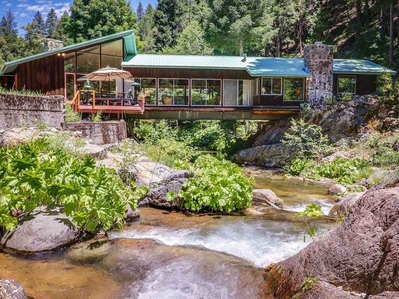 Unique riverfront house w/ tranquil river views & forest scenery, alquiler de vacaciones en Blairsden