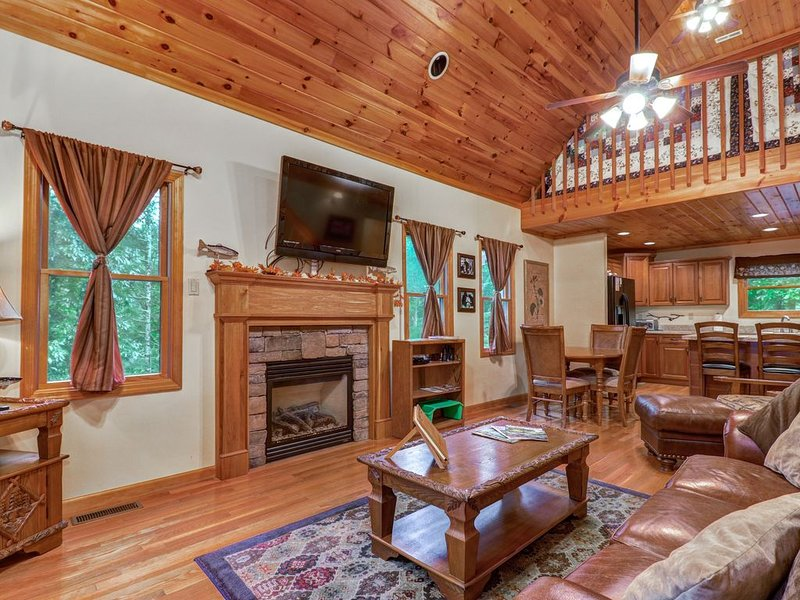 Woodsy cabin near Smokys - golf, shared pool & fitness center, vacation rental in Townsend
