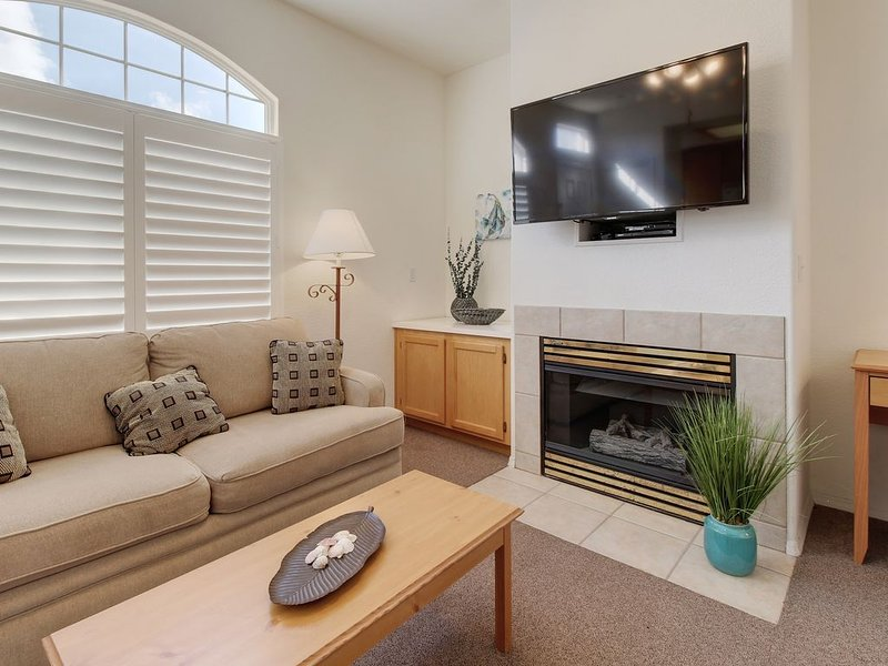 Welcoming condo only a short distance from beach w/ shared hot tub!, holiday rental in Oceano
