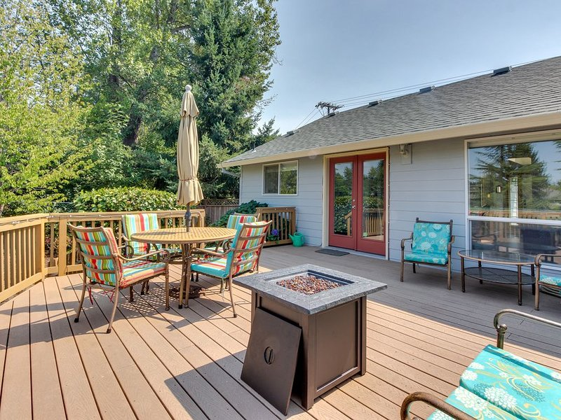 Mac Haven home w/ a furnished deck & firepit - near downtown/wineries!, vacation rental in McMinnville