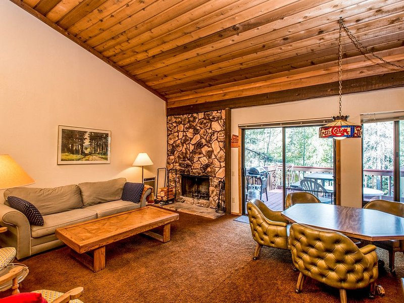 Dog-friendly condo w/shared pool & hot tub - walk to lake, holiday rental in Huntington Lake
