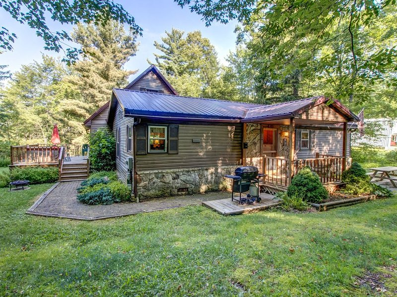 Homey getaway among the trees w/ bar, foosball table, hot tub, deck, & firepit, holiday rental in Accident