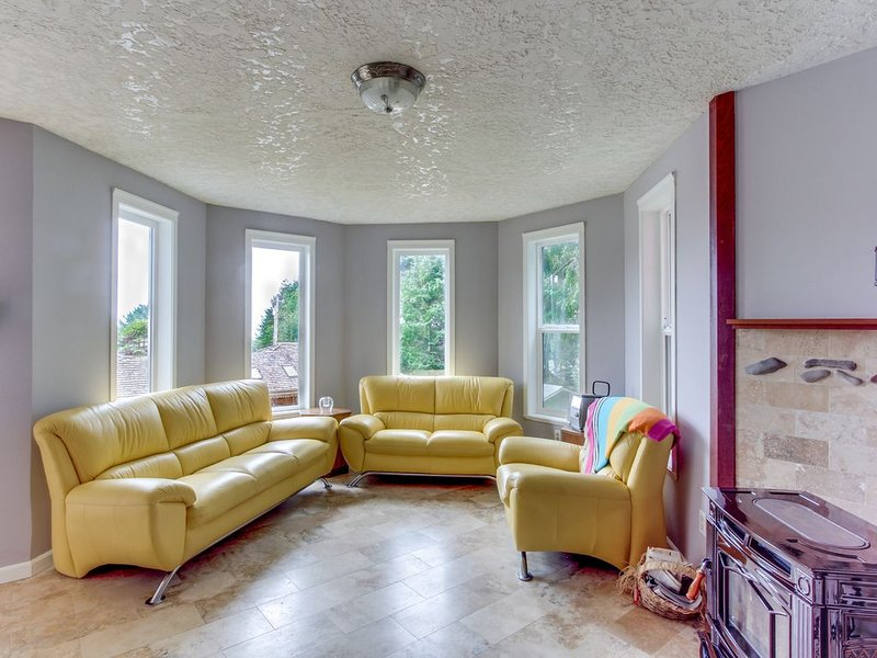 Charming house w/ ocean views & entertainment - tranquil location near the beach, holiday rental in Cannon Beach