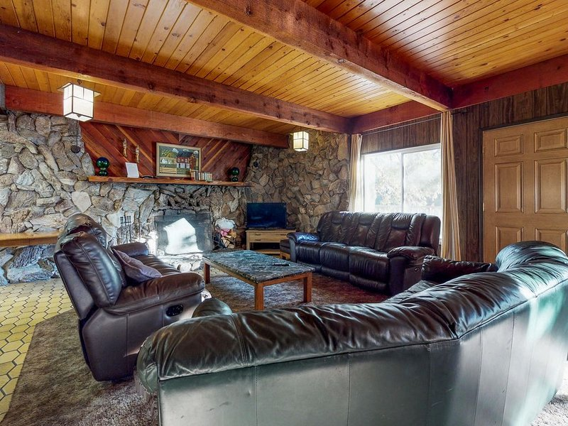 Dog-friendly, mountain cabin w/ a great view & location a few miles from town!, vacation rental in Shaver Lake