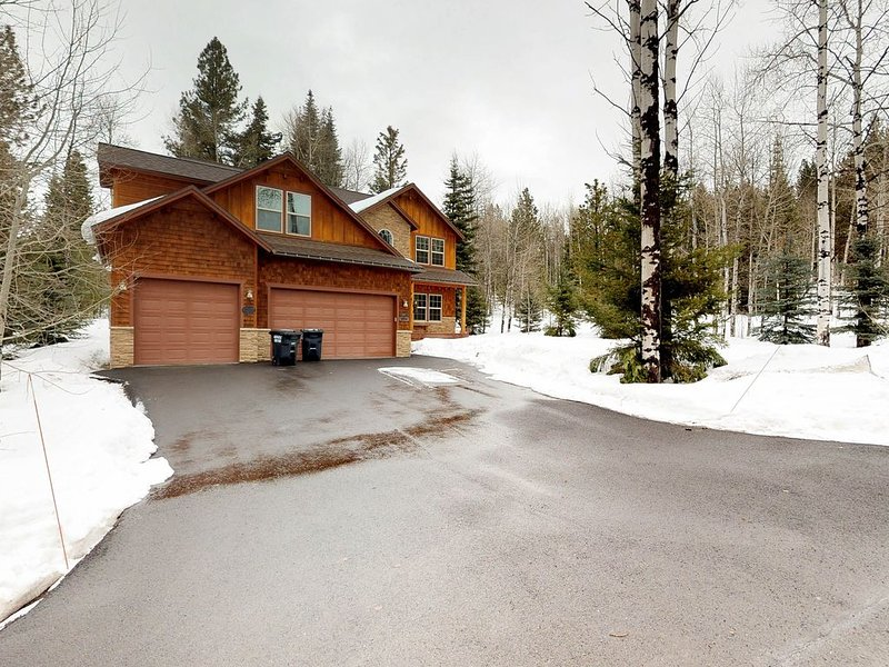 Charming home with a fireplace, deck, grill, and beautiful backyard, location de vacances à McCall