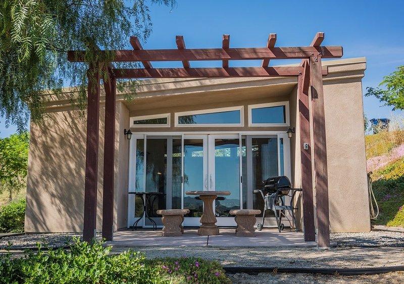 The Mojo Room - Vineyards and Views Galore--Remote Getaway!, holiday rental in Lake Nacimiento