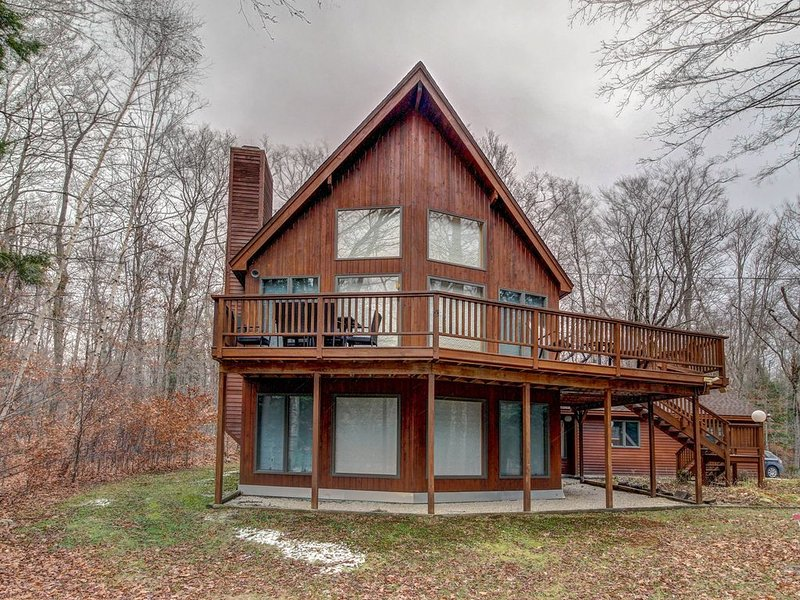 Bright, open home w/ wrap-around deck & mountain views - 2 miles to skiing!, location de vacances à Proctorsville