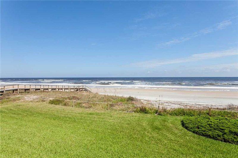 ¡Unos cuantos pies más! - Desciende y disfruta de la arena y el agua de la playa. ¡Está a solo unos metros más del destino más perfecto!