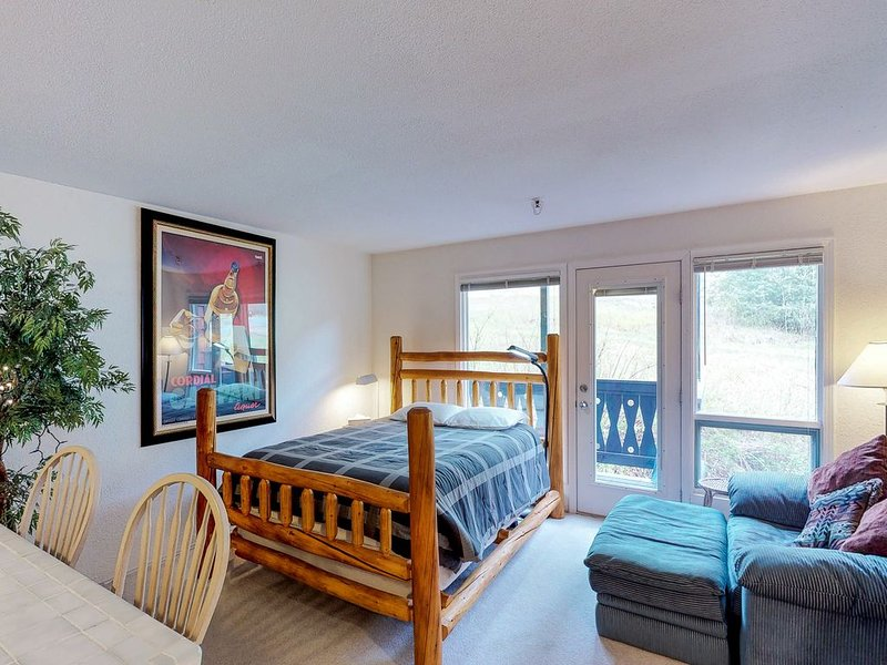 Ski-in/out condo w/ amazing mountain views - near shopping & dining, alquiler de vacaciones en Girdwood