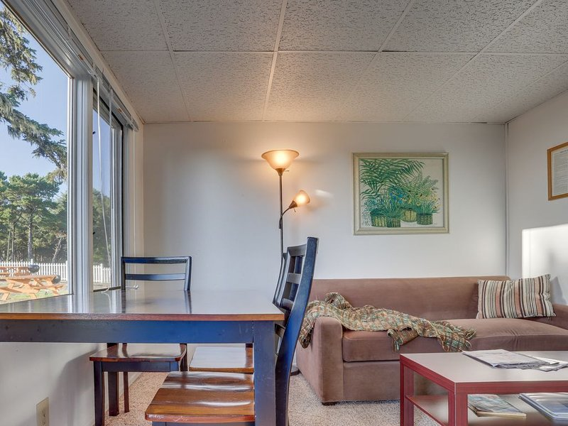 Three separate dog-friendly oceanfront suites right on the beach!, holiday rental in Garibaldi