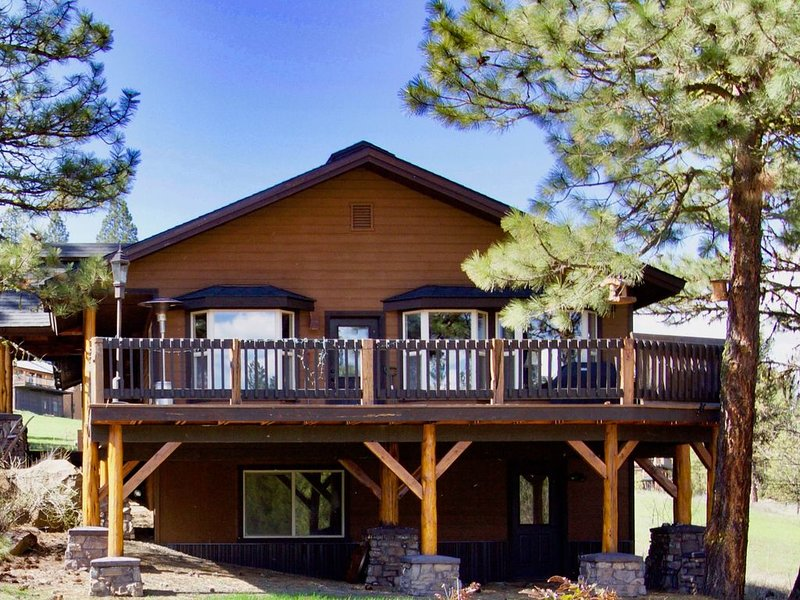 Premium Cleaned |  Roomy & modern family cabin w/ a full kitchen - walk to the g, holiday rental in New Meadows