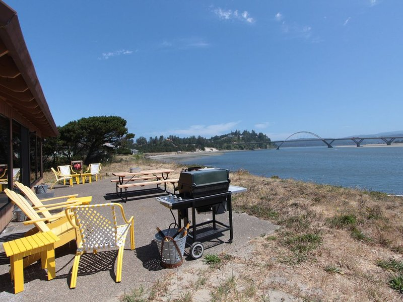 Bayfront Home w/Free WiFi, Firepit, Bay Views, and Location near Town & Beaches! – semesterbostad i Waldport