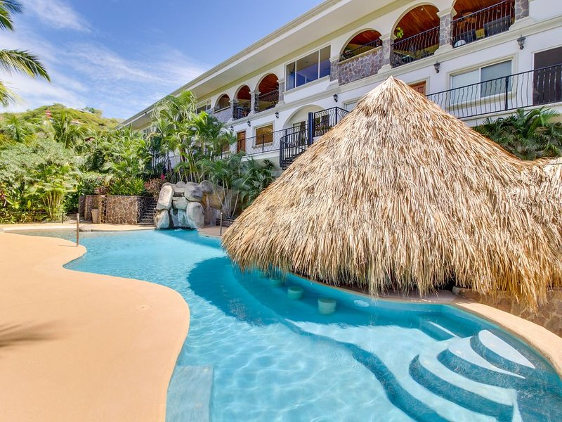 Gorgeous condo w/ private hot tub, pool, shared pool access, & ocean views!, holiday rental in Playas del Coco