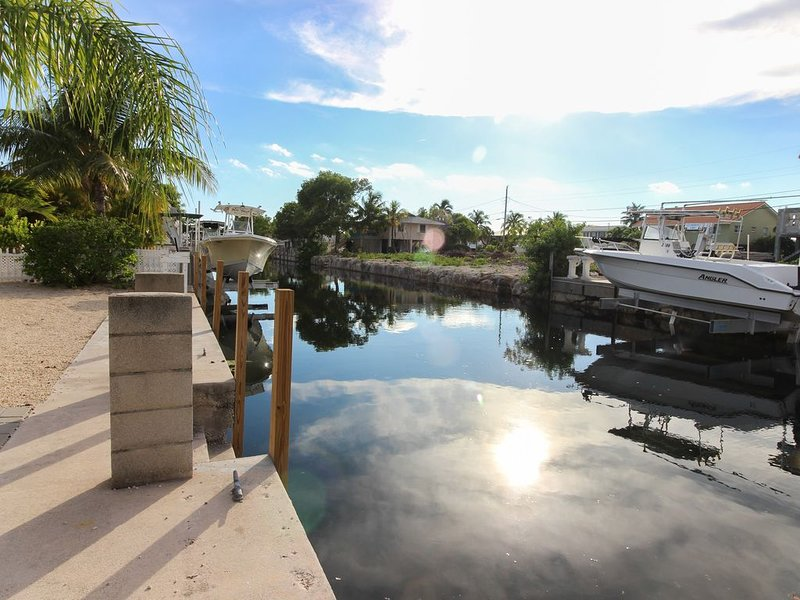 Cozy Canal-Front House w/Free WiFi and Deck- Close to Beaches and State Park, holiday rental in Grassy Key