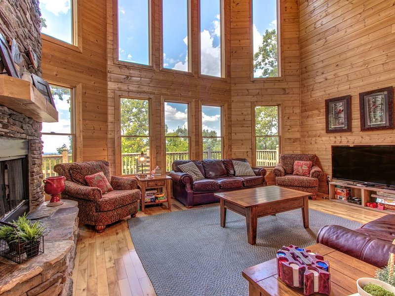 Ideal family getaway w/ private hot tub and game room - close to Dollywood, location de vacances à Wears Valley