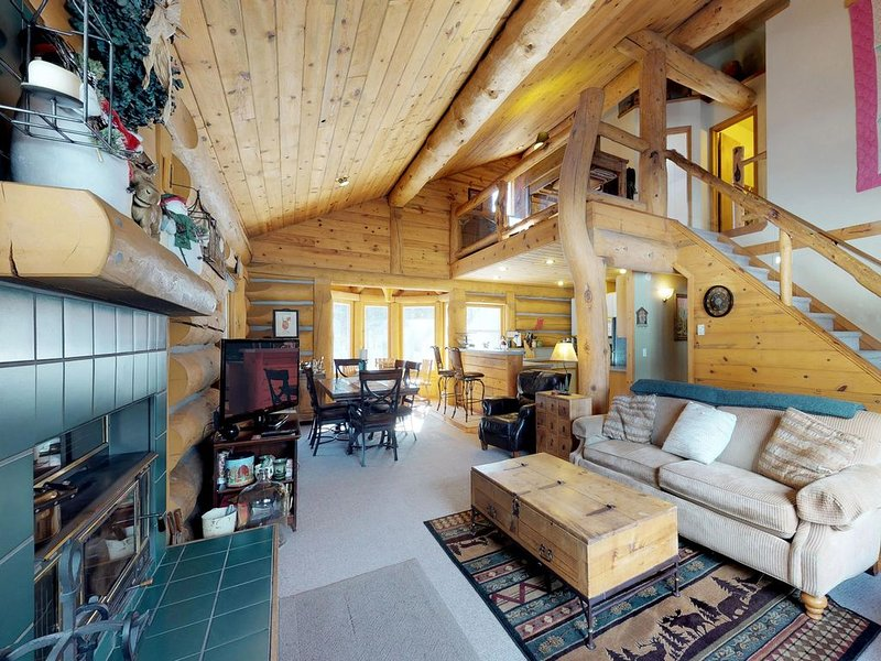Dog-friendly log cabin w/ a private hot tub, firepit & room for the whole group!, holiday rental in New Meadows