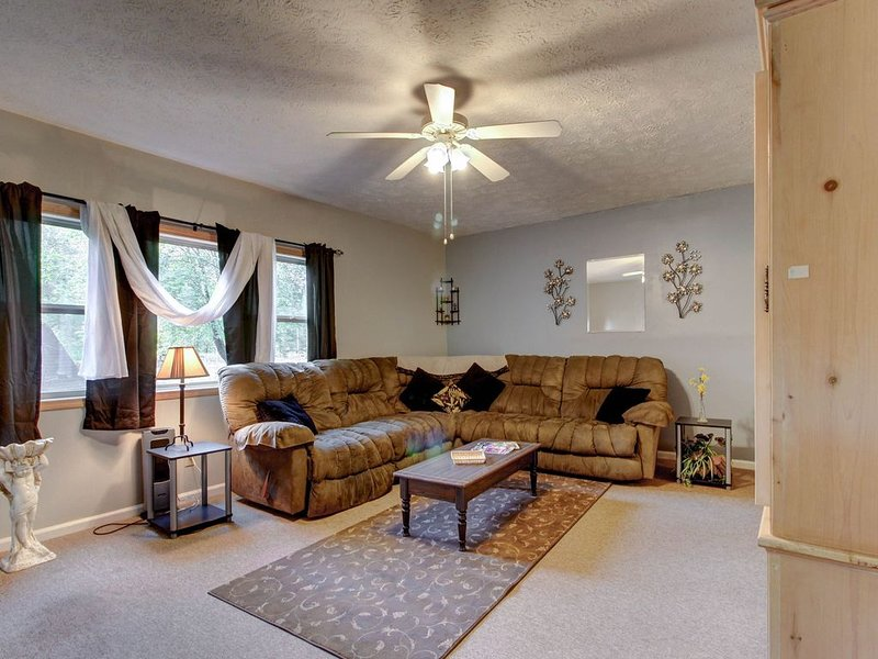Lower-level riverfront condo close to everything in downtown Helen, holiday rental in Helen
