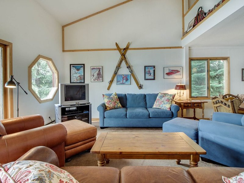 Lakeside getaway w/ shared pool, beautiful views, and access to a private beach!, holiday rental in McCall