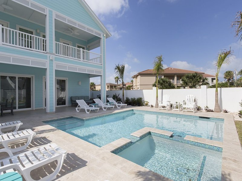 Brand New! Private pool and hot tub! 1/2 block from beach!, location de vacances à Port Isabel