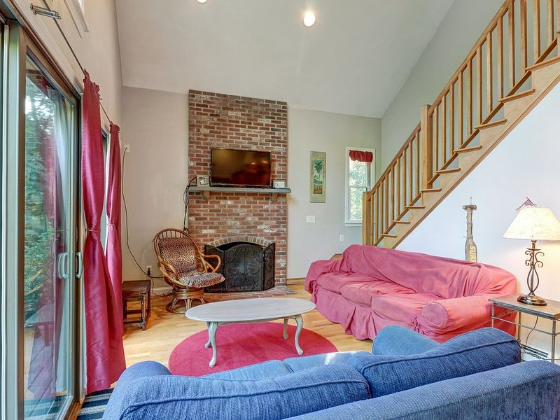 Secluded, family-friendly house w/ entertainment & scenic yard - beach nearby!, vacation rental in North Eastham