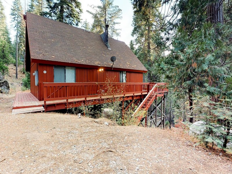 Rustic, dog-friendly cabin in the forest - perfect for year-round getaways, casa vacanza a Shaver Lake