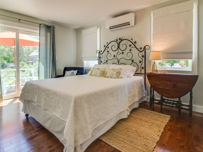 New secondary suite w/ grill & shared deck - walk to town, the ferry & beaches!, alquiler vacacional en Vineyard Haven