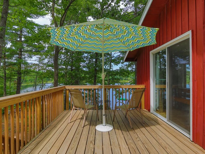 Lakefront home w/ private deck - close to trails & ocean beaches too!, holiday rental in Rochester