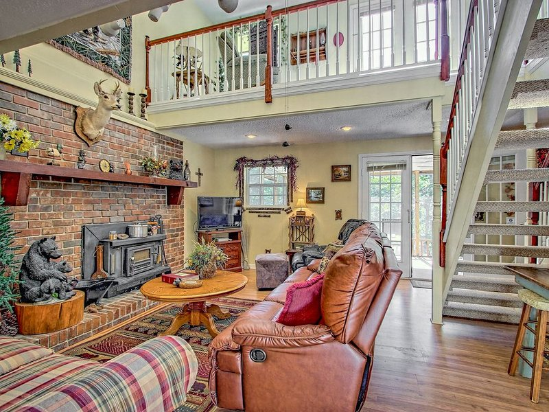 Lake view townhome w/ decks, screened porch & shared tennis - dogs OK!, holiday rental in East Ellijay