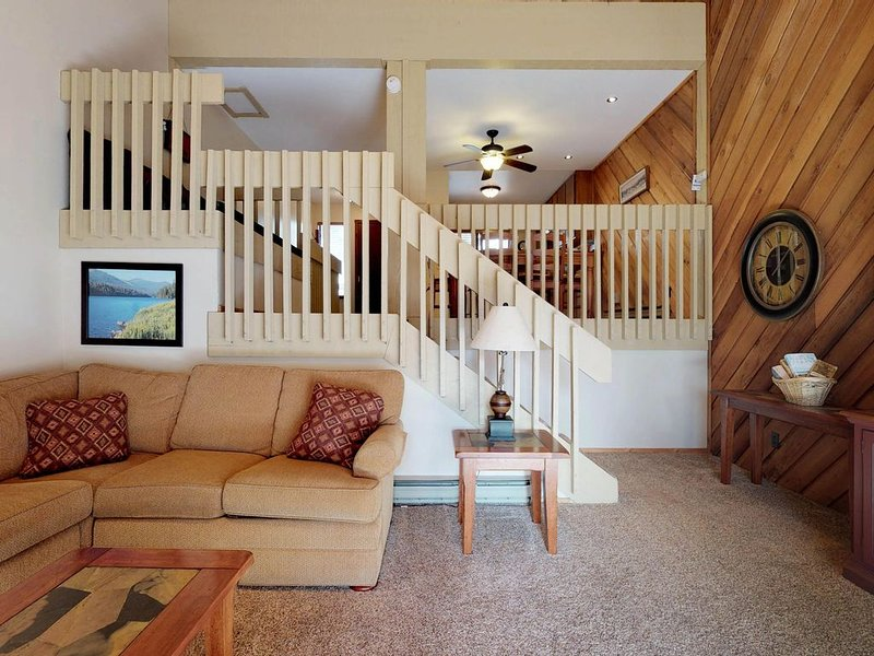 Cozy, mtn condo w/ shared seasonal pool & hot tub - year-round outdoor fun!, alquiler de vacaciones en Lakeshore