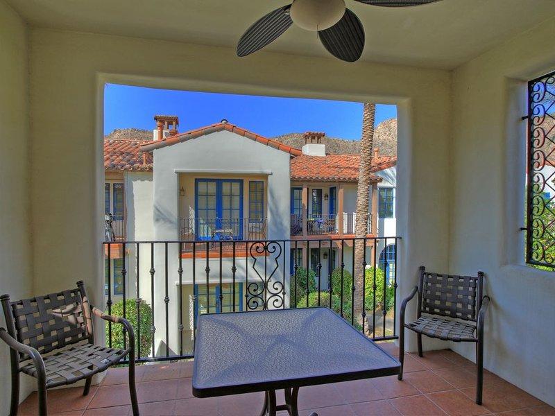 A Spacious Upstairs Studio Overlooking the Main Paseo at Legacy Villas!, holiday rental in La Quinta