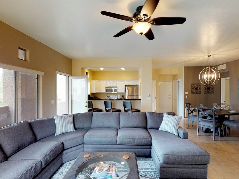 Updated desert condo with a shared hot tub and pool!, alquiler de vacaciones en Oro Valley