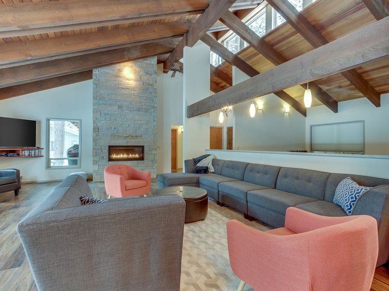 Mid-century modern retreat w/ private hot tub, shared pool, & resort amenities, holiday rental in Black Butte Ranch