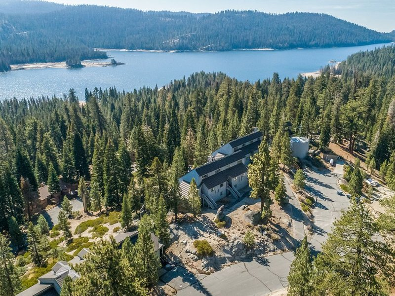 Lakeview condo w/loft, stone fireplace, decks, 3 miles from slopes, holiday rental in Huntington Lake