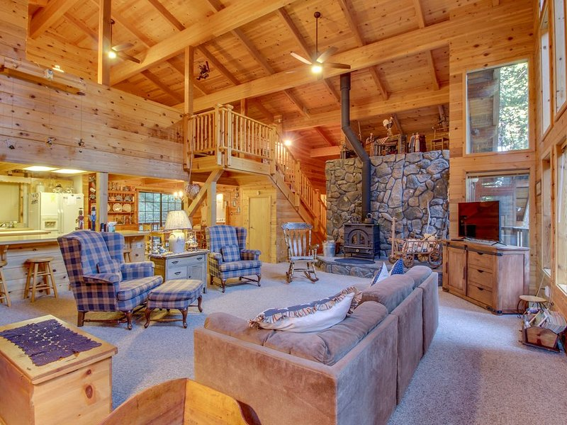 Cabin in the forest w/ wood stove and shared pool access!, location de vacances à Camp Connell