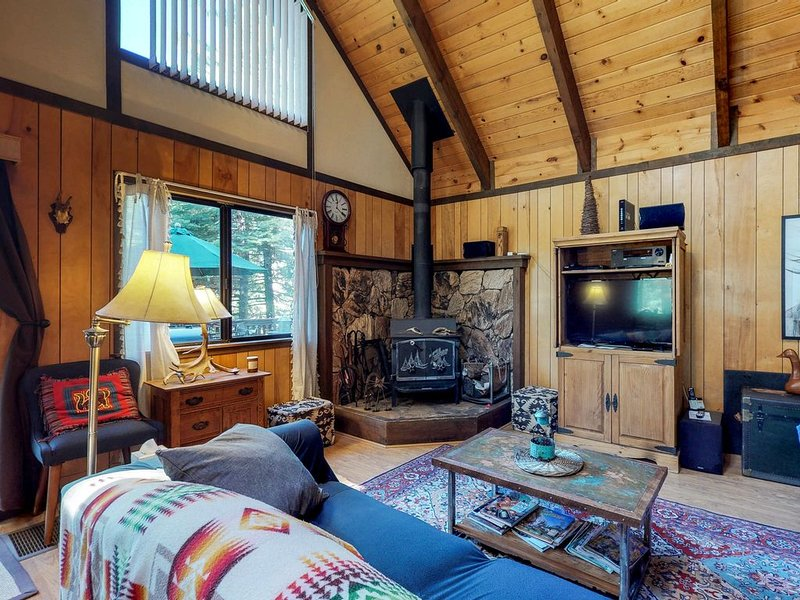Dog-friendly Blue Springs Lake cabin with shared pool near skiing, alquiler de vacaciones en Arnold